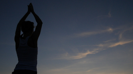 Time for yoga. Engage in the evening by the sea at sunset. HD, 스톡 콘텐츠