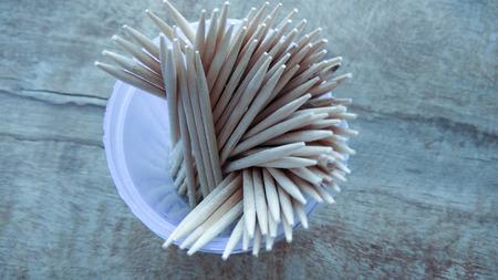Cure-dent en bois abstrait sur fond de bois Banque d'images - 80995608