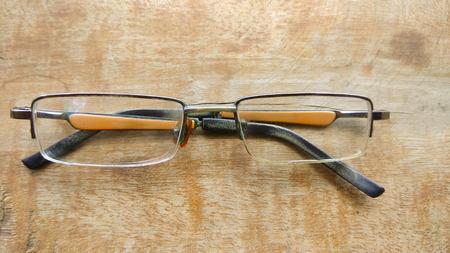 niños diferentes razas: Lado de cosecha de cerca gafas de estilo ojo sobre fondo de madera. Foto de archivo