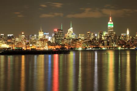 dia y noche: Empire State, horizonte de Nueva York en la noche en el d�a de la independencia india