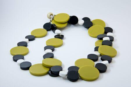 bebes lindos: La decoración de los granos de piedra de un verde oliva. perlas retro plástico.