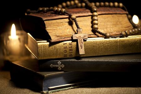 kruzifix: Alte Heiligen Bibeln, Rosenkranz und Kerzen Lizenzfreie Bilder