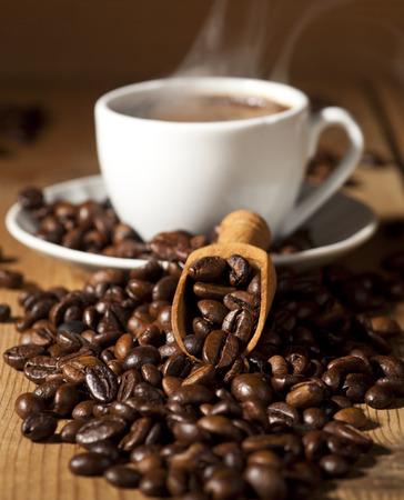 커피 컵과 오래 된 목조 배경에 커피 콩 흰색.