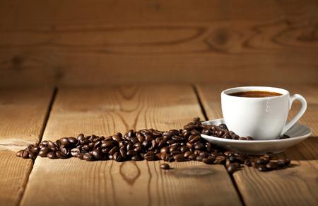 오래 된 나무 배경에 흰색 커피 컵, 커피 콩.