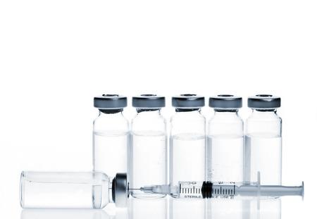 Verre Médecine Flacons et botox, hualuronic, le collagène ou la grippe seringue sur un fond blanc. Banque d'images - 27980240