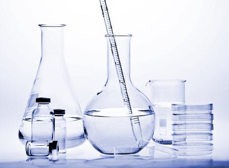 Test-buizen met reflecties op een witte en blauwe achtergrond. Laboratorium glaswerk. Stockfoto