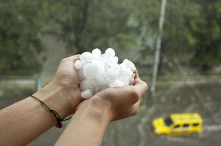 소피아, 불가리아 - 7 월 8 : 2014년 7월 8일에 소피아, 불가리아에 우박 폭풍 후 홍수.