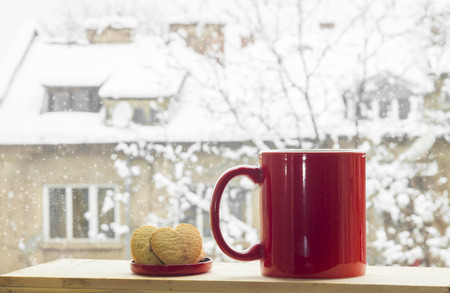 아름 다운 눈이 겨울 배경에 커피 레드 컵. 스톡 콘텐츠