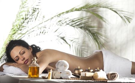cabello negro: Hermosa Mujer que consigue masaje del balneario en salón del balneario. Foto de archivo