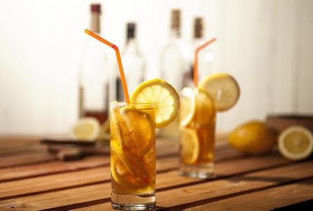 botella de whisky: Isla c�cteles de t� de hielo largos en el fondo de madera y blanco.