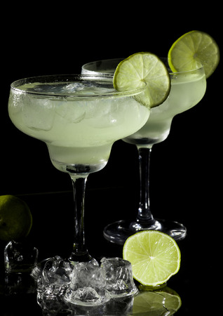Two glasses of margarita cocktail on a black background. Banque d'images