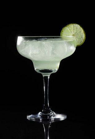 Glass of margarita cocktail on a black background. Banque d'images