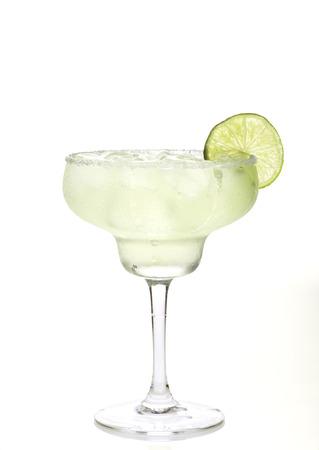 Verre de margarita cocktail sur un fond blanc. Banque d'images - 42759476