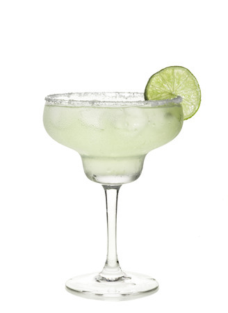 margarita cóctel: Copa de cóctel margarita en un fondo blanco.