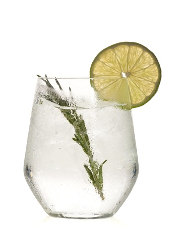 Glass with alcoholic drink with lime and ice isolated on white background. Banque d'images