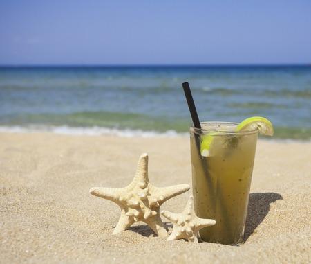 cocteles de frutas: Vaso de limonada fresca en la playa Foto de archivo