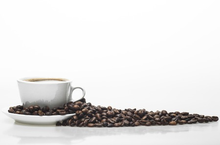 White coffee cup and coffee beans isolated on a white background. Banque d'images