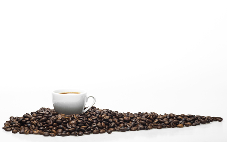 White coffee cup and coffee beans isolated on a white background. Standard-Bild