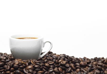 白いコーヒー カップと白い背景で隔離のコーヒー豆。 写真素材 - 44330292