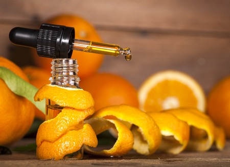 Bottle of essential oil from oranges on wooden background - alternative medicine Banque d'images