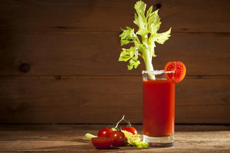 coctel de frutas: Bloody Mary de c�ctel sobre un fondo de madera Foto de archivo