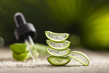 Aloe vera olio essenziale su foglie tropicale sfondo