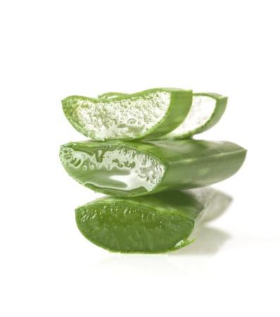 신선한 슬라이스 알로에 베라에 격리 된 흰색 배경에 나뭇잎