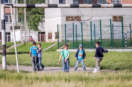 futbol infantil: Lviv Ucrania de junio de 2015: El equipo de ni�os jugando en la pelota campo de f�tbol detr�s de la porter�a en el f�tbol Editorial