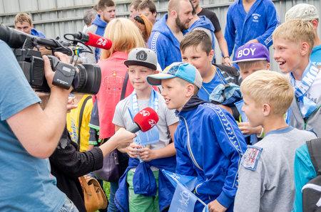 waterpolo: Lviv, Ucrania - Julio 2015: Ucraniano waterpolo Copa en la piscina SKA. El muchacho da entrevista al Canal 24, después de ganar a su equipo favorito en el waterpolo