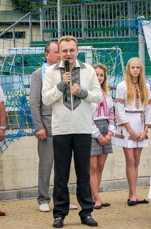 """waterpolo: Lviv, Ucrania - Julio 2015: Ucraniano waterpolo Copa en la piscina SKA. Alcalde de Lviv Andriy Sadovy felicita al equipo de Leones """"Dynamo"""" en waterpolo con la conquista de la Copa de Ucrania"""