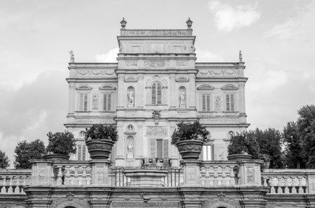 Historisch gesehen, ein wichtiges architektonisches Wahrzeichen Schloss mit Garten und Blumen und Sträuchern ladshaftnym Design in Form von Labyrinth im Park der Villa Pamphili in Rom, der Hauptstadt von Italien