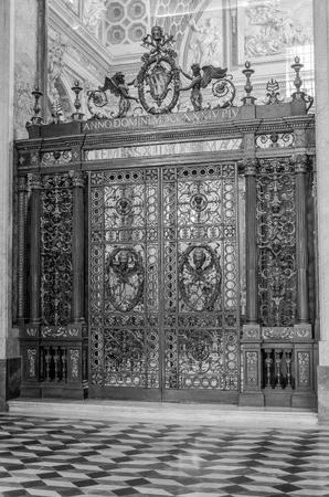 puertas de hierro: Puertas de hierro forjado con im�genes de santos y �ngeles en la Bas�lica de San Giovanni in Laterano en Roma, capital de Italia Foto de archivo