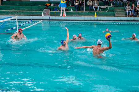 Lviv, Oekraïne - juni 2018: Atleten spelen in het zwembad in waterpolo Redactioneel