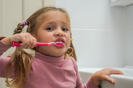 Girl child brushing her teeth Banque d'images - 112632393