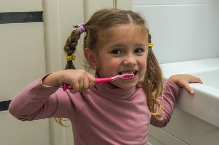Girl child brushing her teeth Banque d'images - 112632394