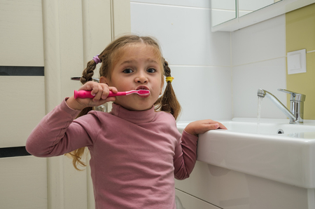 Girl child brushing her teeth Banque d'images - 112632405
