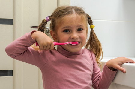Girl child brushing her teeth Banque d'images - 112632747