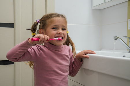 Girl child brushing her teeth Banque d'images - 112633846