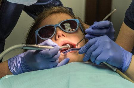 Children's dentist treats baby teeth Archivio Fotografico