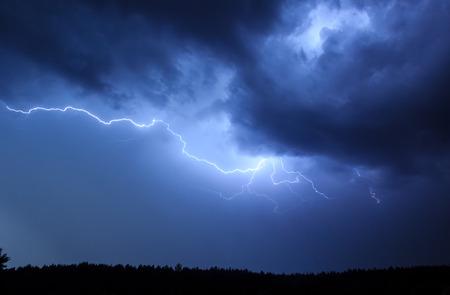 木の背景に空の中に雷します。 写真素材