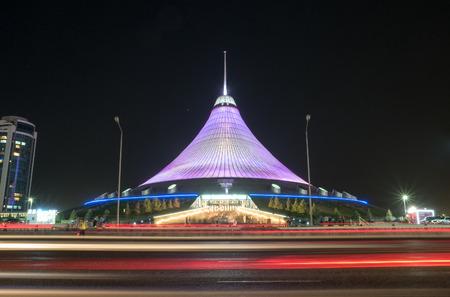 Astana, Kazakistan - 5 settembre 2016: centro commerciale di Khan Shatyr. Traffico notturno Archivio Fotografico - 79291546
