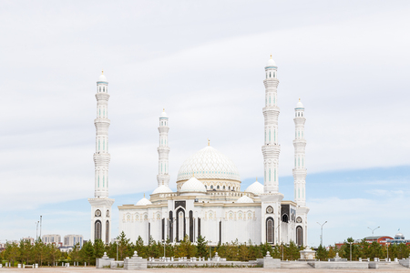 Astana, Kazachstan - 3 september 2016: Hazrat Sultan Mosque op de achtergrond van wolken