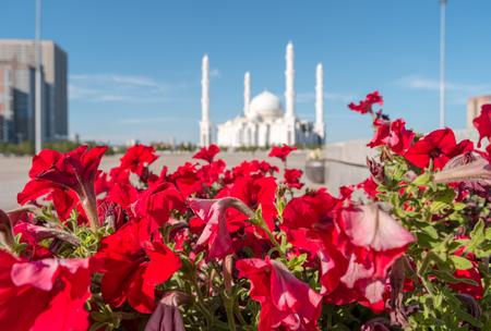 Hazrat Sultan Mosque op de achtergrond. Astana, Kazachstan