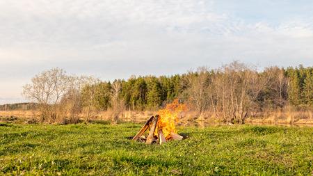 川の近くのフィールドで焚き火