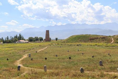 ラート ・ ブーラナ タワー (11 世紀) と古代の石の中央アジアの諸民族の彫刻します。キルギス