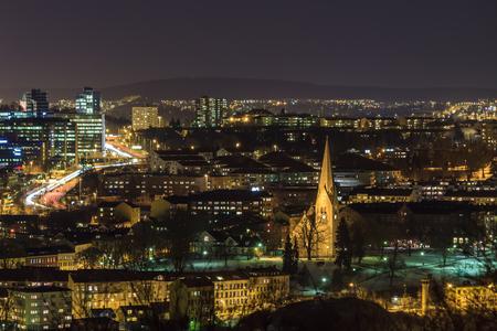 夜オスロ、ノルウェー スポルティングヒホン カーク 写真素材