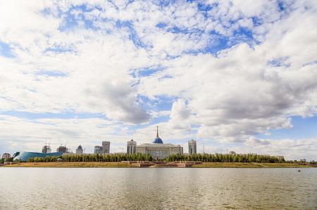 イシム川の堤防からアスタナ、カザフスタン - 2016 年 9 月 6 日: 大統領宮殿 Akorda ビュー。HDR 写真素材