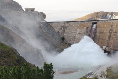 キーロフ貯水池ダム。(1965-1975 年造られる)、管理にレーニンの顔。バレー タラス