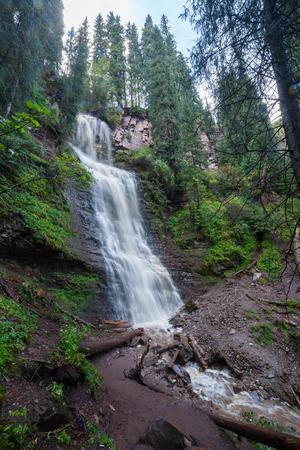 滝「乙女の涙」谷ジェット Oguz。イシク クル、キルギスタン