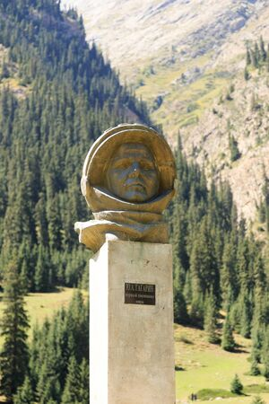 Barskoon 渓谷。2016 年 8 月 24 日、キルギスタンのイシク クル地域: ガガーリンの新しい記念碑 報道画像